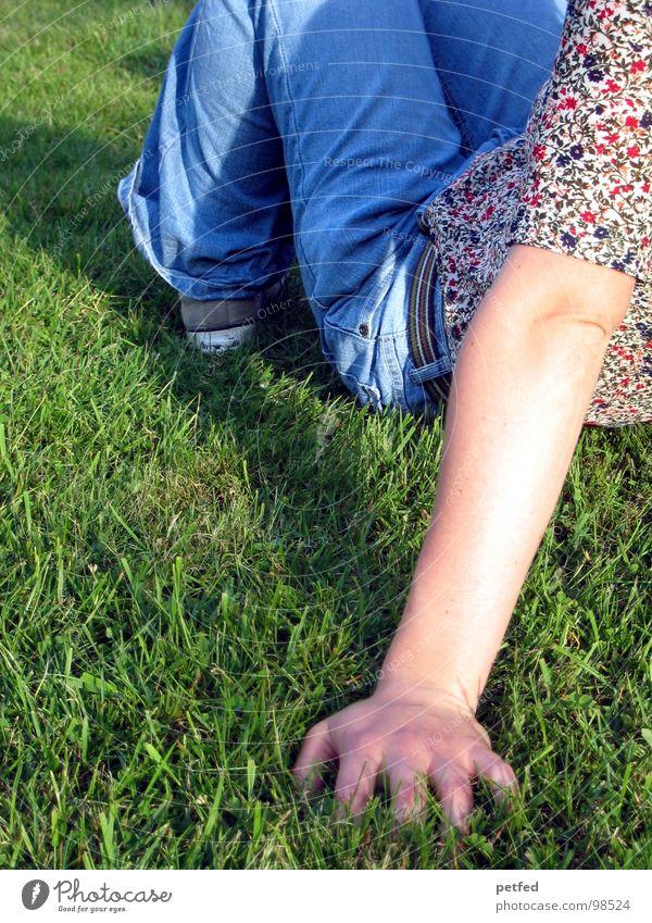 Ausruhen Gras Hose grün Blume Chucks Gürtel ruhig Erholung Hand Finger Schuhe grau Umwelt Sommer Frühling Arme Jeanshose blau Bündel All Star Mensch Freude