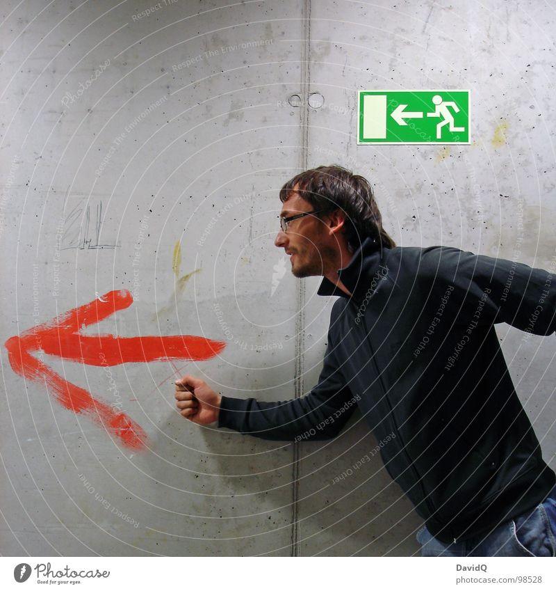 raus! Fluchtweg flüchten laufen Notausgang Ausgang Beton Flur grün gestellt Mann gefährlich Hinweisschild Fluchtverhalten rennen rausrennen Rettungsweg