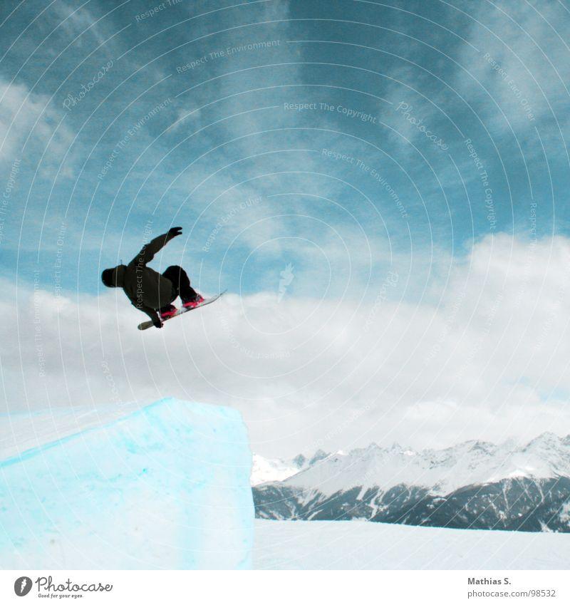 Showtime I Wolken Freude Berge u. Gebirge Schnee Stil Sport fliegen springen Freizeit & Hobby Luft hoch berühren Körperhaltung Alpen Schneebedeckte Gipfel