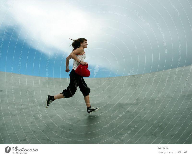 du hast mein Herz geklaut Frau Himmel blau rot Freude Wolken Liebe grau Bewegung Glück Gesundheit Wind Schuhe Herz laufen Geschwindigkeit
