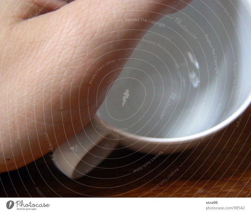 wo ist der kaffee? Mensch Hand weiß Holz Haut Finger Tisch leer neu Kaffee Sauberkeit Dinge Tee Geschirr Tasse Daumen