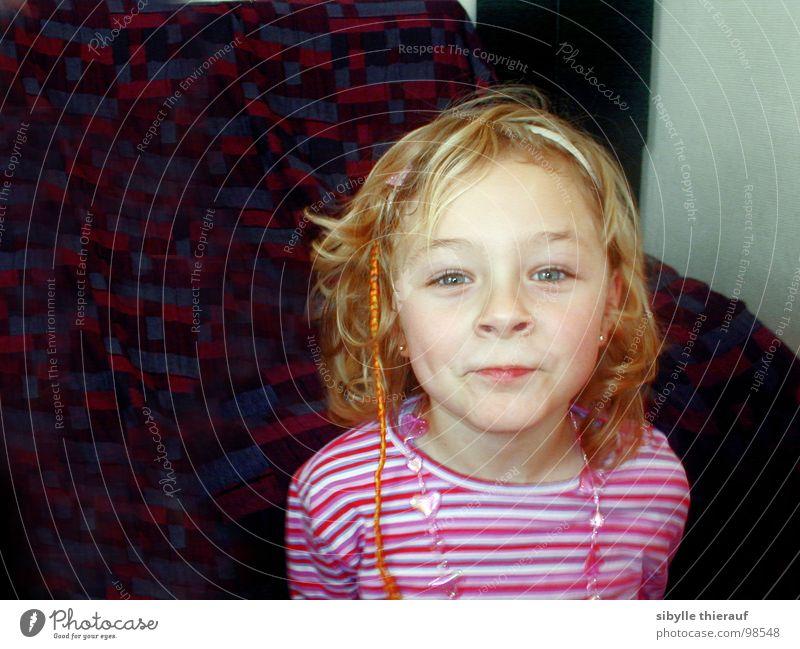 Anne Kind Mädchen Schmollmund Porträt blond Haarschmuck direkt Locken Haare & Frisuren grüne Augen frech