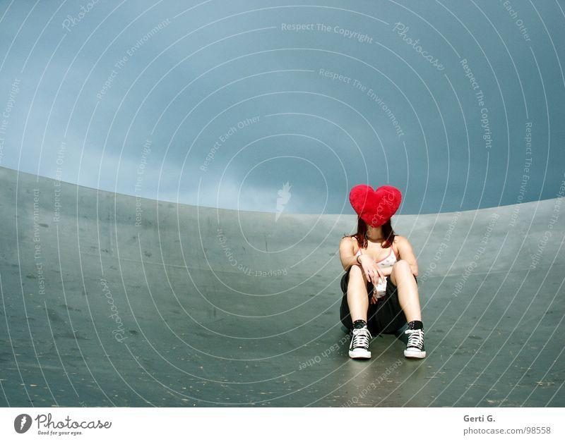 Liebe macht blind Frau Junge Frau schlechtes Wetter Wolken Örtlichkeit Satellitenantenne Schuhe Chucks grau rot Symbole & Metaphern Kissen Herz
