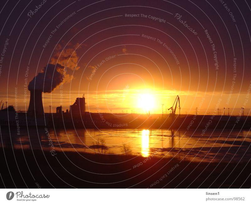 Überseehafen Rostock bei Sonnenaufgang Wasser Küste Hafen Kühlturm