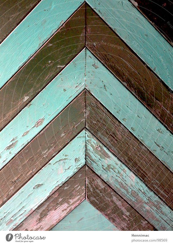 Hier ist oben. Tür Holz Pfeil Richtung Dach Detailaufnahme Strukturen & Formen Ordnung mint braun Maserung alt Ecke Linie Muster Spitze Lack Farbe antik Mangel