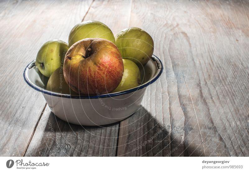Äpfel im klassischen Metallbecher auf Holztisch Frucht Apfel Diät Tisch Erntedankfest Natur Herbst alt frisch lecker natürlich saftig rot altehrwürdig