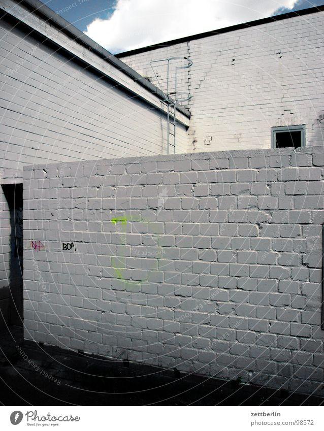 unbewegliches Eigentum = immovable Wand Mauer weiß Ecke Verschlagwortungsunlust Wolken Hinterhof grau Backstein eckig Haus Stadt netzartig Dach Fenster trist