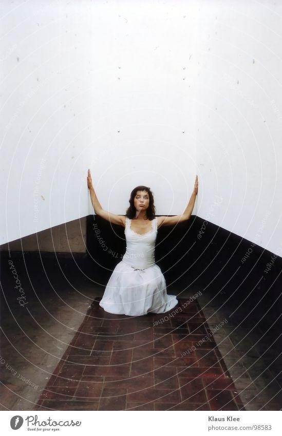 Emotion -III- Frau schmollen Augenbraue Unschärfe Kleid weiß schwarzhaarig Hundeblick Trauer Angst Wut winzig Vogelperspektive Froschperspektive Porträt eng