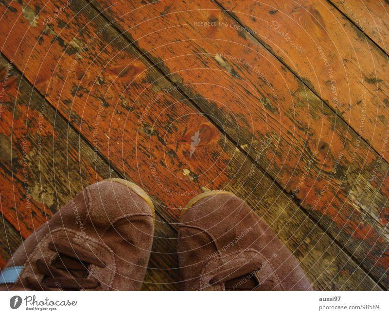 Ruhestand ruhig braun Tanzen Schuhe paarweise Bekleidung Pause schäbig Turnschuh stagnierend Holzfußboden Parkett Schüchternheit schwofen Walzer Schuhpaar