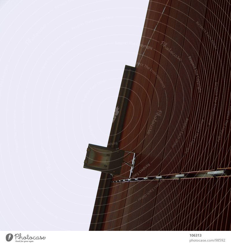 THIS IS URBAN: HELLE LEUCHTE Himmel schön rot Einsamkeit oben Bewegung Mauer Metall Lampe hell Beton frei modern verrückt Technik & Technologie Kommunizieren
