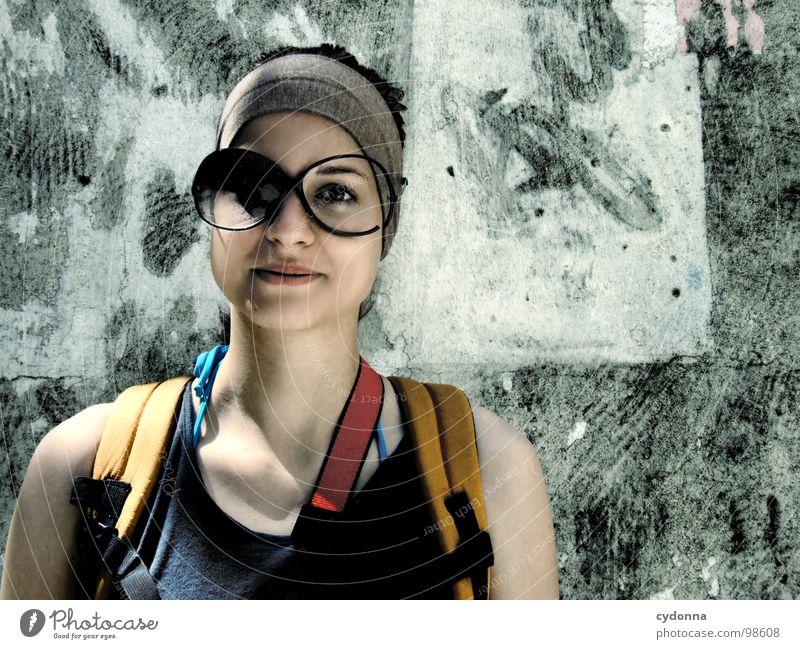 Mit dem Zweiten sieht man besser Mensch Frau alt schön Ferien & Urlaub & Reisen Sommer Freude Haus Gesicht Leben Wand Gefühle lustig Glas außergewöhnlich Tourismus
