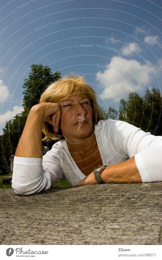 in die ferne schweifen Frau Mensch Natur weiß Ferne feminin Haare & Frisuren Denken braun blond sitzen Uhr anlehnen abstützen lümmeln