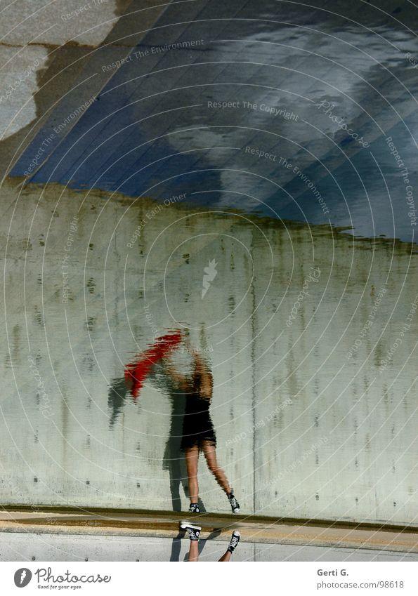reflection Frau Mensch Wasser Himmel grün blau rot Freude schwarz Wand Spielen grau Stein Mauer Schuhe Beine