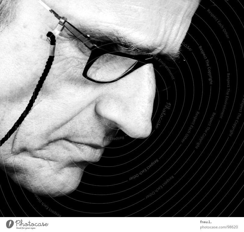 Lesebrille Mann Gesicht Brille lesen 50 plus Falte Schnur Konzentration Zeitschrift ernst streng Printmedien Lesebrille