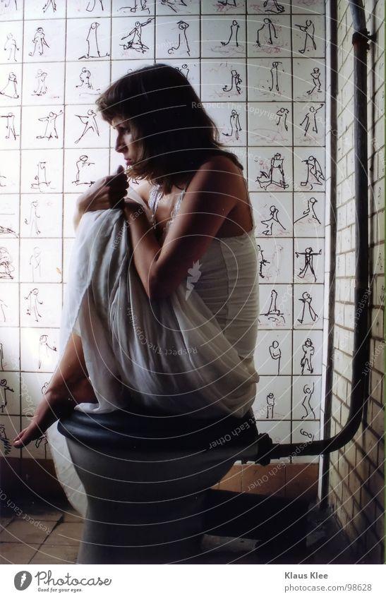 TO HAVE AGONY OF FEAR Frau schmollen Augenbraue Unschärfe Kleid weiß schwarzhaarig Hundeblick Trauer Angst Wut winzig Vogelperspektive Froschperspektive Porträt