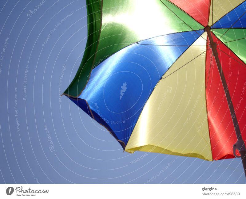 Umbrella at the seaside 2 Himmel Hintergrundbild Farbe Freude umbrella sky blue red black sea and composition free