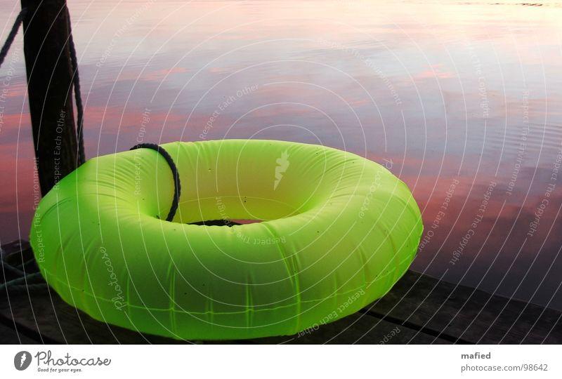 Sie sind gelandet Wasser grün Farbe See rosa Neonlicht Abenddämmerung UFO Schwimmhilfe Floß