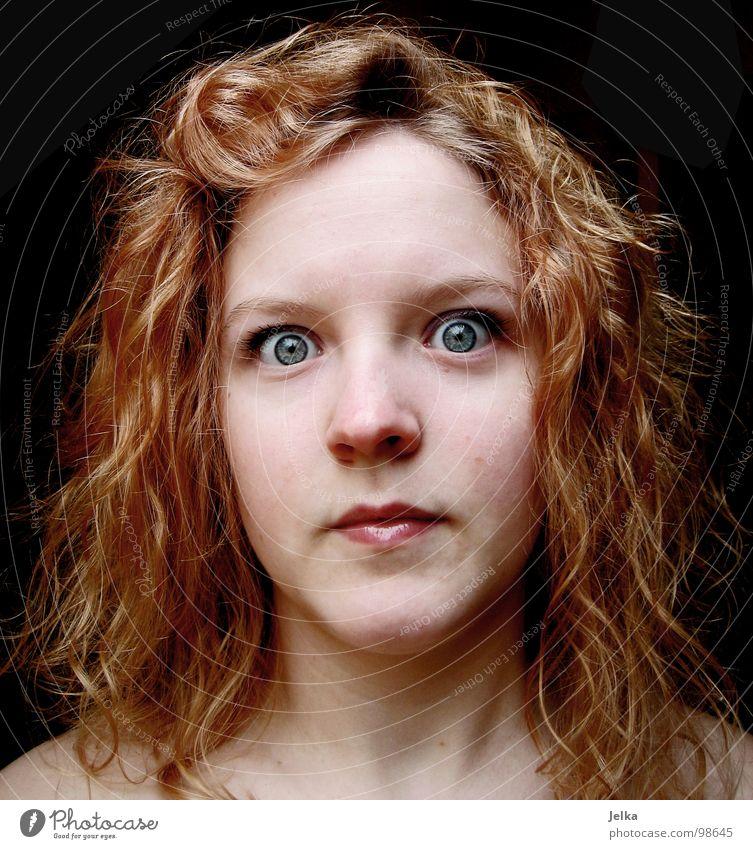 vor schreck erstarrt? Mensch Frau blau Gesicht Erwachsene Auge Haare & Frisuren blond Mund Nase Locken Gesichtsausdruck Wange Grimasse rothaarig Verwirbelung