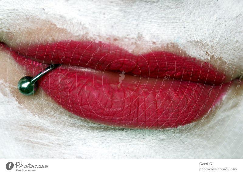 smile Lippen Piercing Gesichtsmaske rosa weiß Kosmetik geschminkt Lippenstift schön Frau lachen Mund silber lips