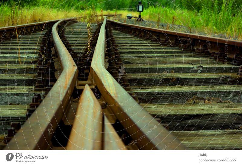 Abgefahr'n Gleise Fahrweg Holz Stahl Spuren fahren Eisenbahn Geschwindigkeit Verlauf Holzbrett Kies Verkehr Eisenbahnschwelle Bett Silhouette Restauration