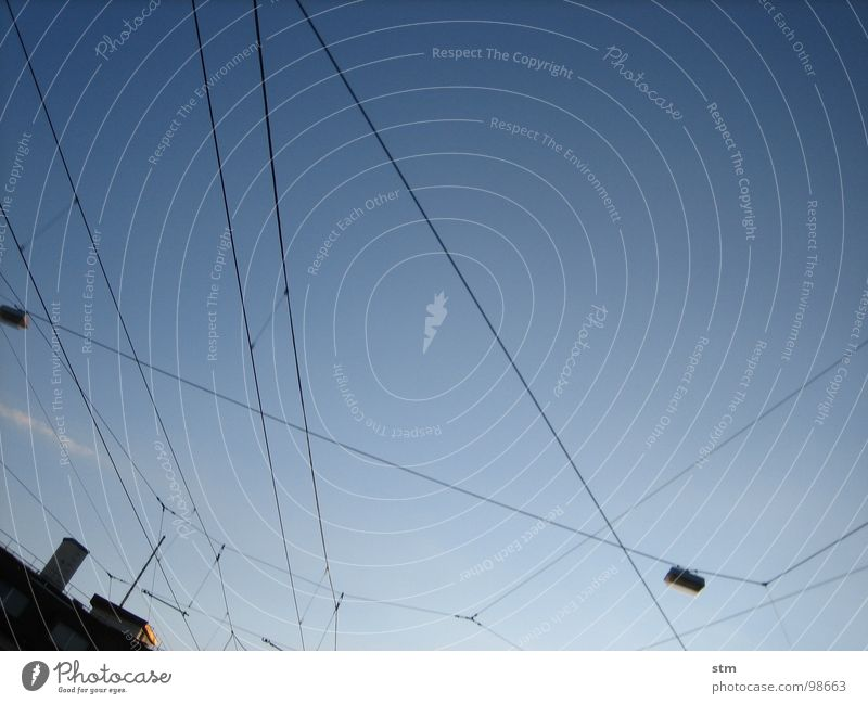 blau 02 Himmel Stadt Haus Lampe Linie Beleuchtung Elektrizität Luftverkehr Kabel Netz Schornstein Straßenbeleuchtung durcheinander Antenne