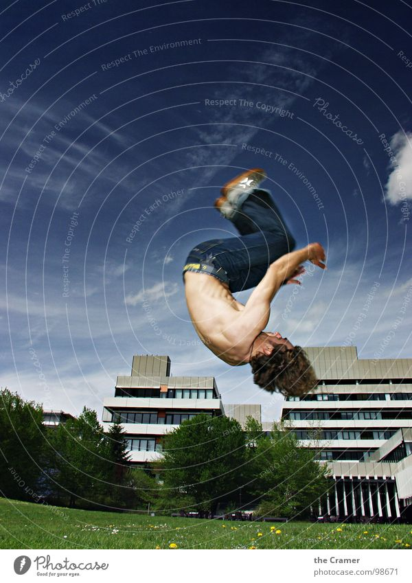 Saltohüpfer Himmel Mann Jugendliche Wolken Sport Spielen springen fliegen hoch Jeanshose sportlich Schweben Dynamik Turnen Drehung