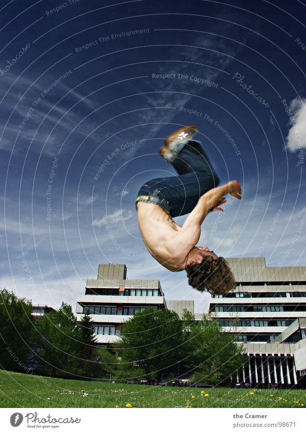 Saltohüpfer springen Akrobatik Turnen Wolken Schweben Sport Drehung Spielen Jugendliche Mann Dynamik hoch Himmel fliegen sportlich Jeanshose