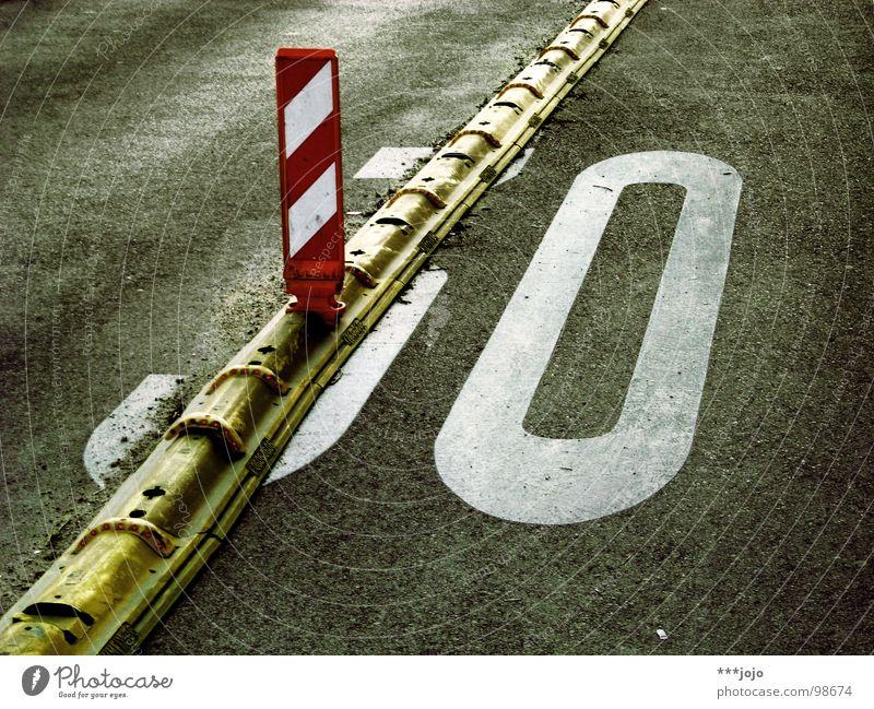 3I/0 Straßenverkehr Geburtstag Verkehr Geschwindigkeit Baustelle Ziffern & Zahlen Asphalt Bürgersteig Verkehrswege 30 Barriere Trennung Vorsicht