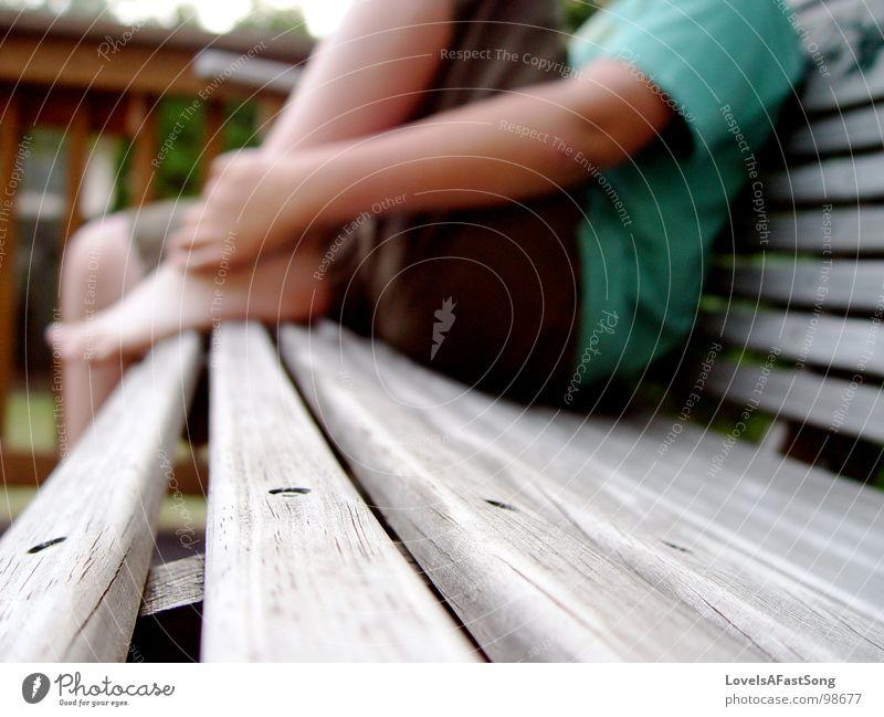 relaxing bench Erholung Swing Holzmehl Makroaufnahme Nahaufnahme outside feet child sitting