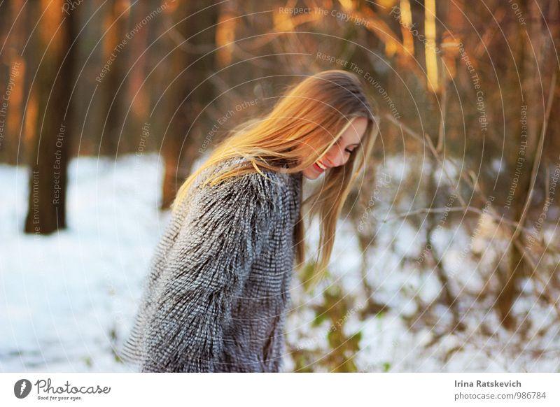 Lachen Junge Frau Jugendliche Haare & Frisuren Lippen 1 Mensch 18-30 Jahre Erwachsene Wald Mode Bekleidung Pelzmantel genießen Lächeln Blick Glück schön