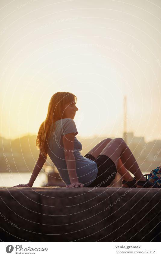 Sonnenuntergang Mensch Ferien & Urlaub & Reisen Jugendliche Sommer Junge Frau Erholung Meer ruhig Freude Strand Ferne Leben feminin Spielen Gesundheit