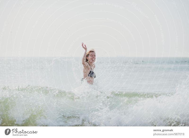 Urlaub Mensch Himmel Ferien & Urlaub & Reisen Wasser Sommer Sonne Erholung Meer Freude Strand Ferne Leben feminin Glück Freiheit Schwimmen & Baden
