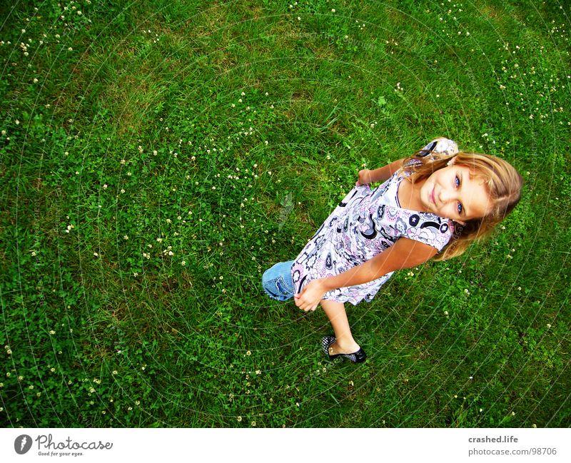 Hihi Gras grün grasgrün Knie verbeugen Vogelperspektive Jugendliche Auge Haare & Frisuren Look up Knorke Janina Ballerina