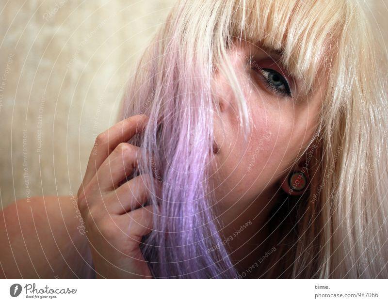 . feminin Junge Frau Jugendliche 1 Mensch blond langhaarig Pony Punk beobachten Kommunizieren Blick träumen schön nackt rebellisch Gefühle Leidenschaft Erotik