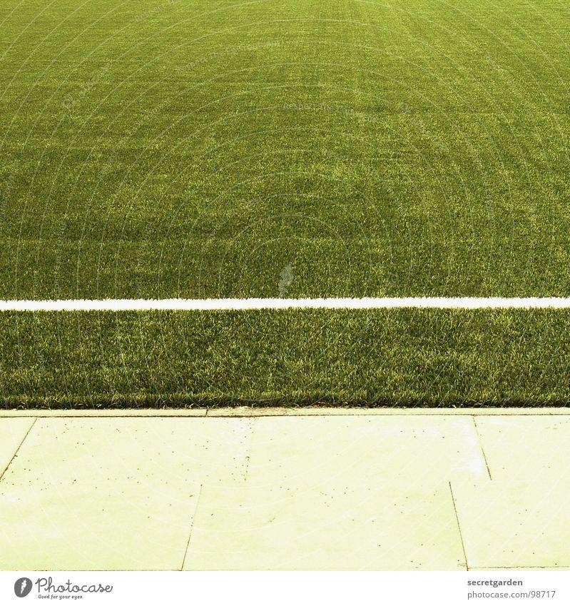 seitenaus Spielfeld Kunstrasen Randzone grün Bildausschnitt Quadrat Sportplatz Am Rand Menschenleer Ballsport Fußball plattenbelag Schilder & Markierungen Rasen