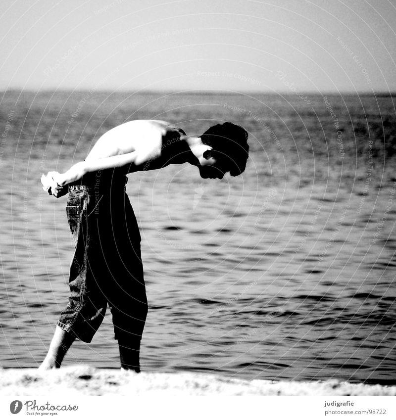 Der Steinsucher Mann Strand Suche Meer See grau gebeugt Körperhaltung ungesund Muschel Ferien & Urlaub & Reisen Horizont schwarz weiß Umwelt Schwarzweißfoto