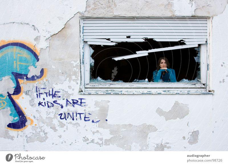 Wohnst du noch oder lebst du schon? Frau blau weiß schwarz Haus Erholung Fenster Wand Graffiti grau Traurigkeit Denken Kunst orange Armut kaputt