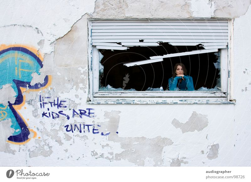 Wohnst du noch oder lebst du schon? Frau Wand Haus Putz Verfall verfallen Graffiti sprühen Tagger Gemälde Kunst Kunstwerk kaputt fertig weiß orange blau zyan