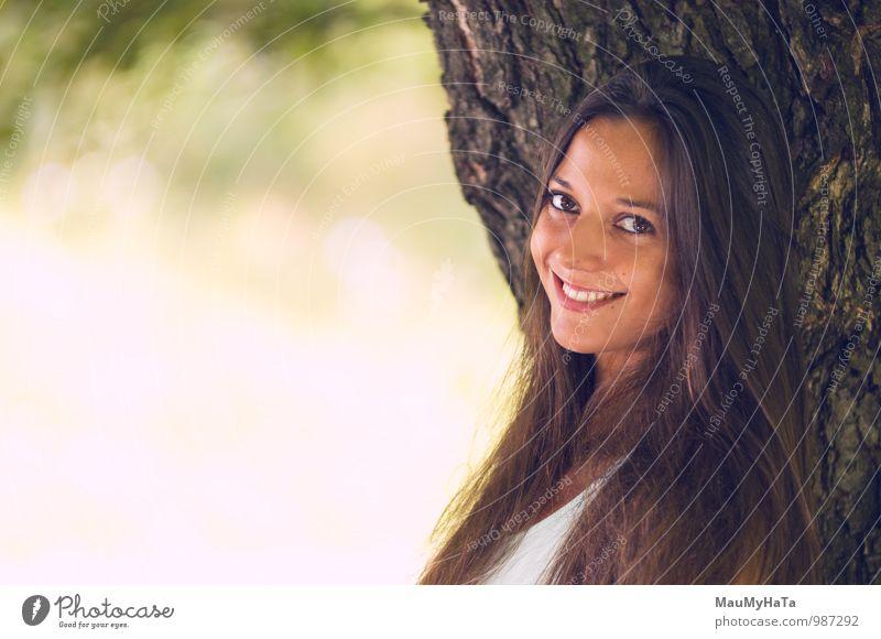 Frau Natur Jugendliche schön grün Sommer Erholung Freude Erwachsene gelb Wiese Park Lifestyle Behaarung elegant Zufriedenheit