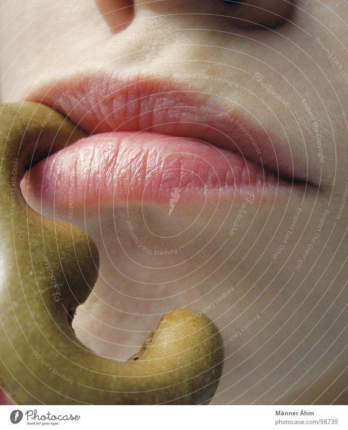Zwei: Justus, Bob & Peter??? Krümel 3 Ziffern & Zahlen Ernährung Backwaren Kuchen Frau Mund süß Lippen hängend Makroaufnahme Farbfoto Russisch Brot