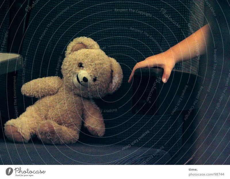 Das Lächeln des Reisebegleiters Blick schön Kind Freundschaft Auge Hand Bahnfahren Spielzeug Teddybär festhalten lachen sitzen blau braun trösten Einsamkeit