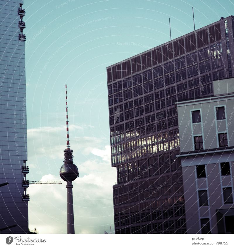 Guten Morgen Berlin alt Himmel blau Wolken Traurigkeit Glas groß Hochhaus Fassade modern neu Macht Turm Skyline Denkmal
