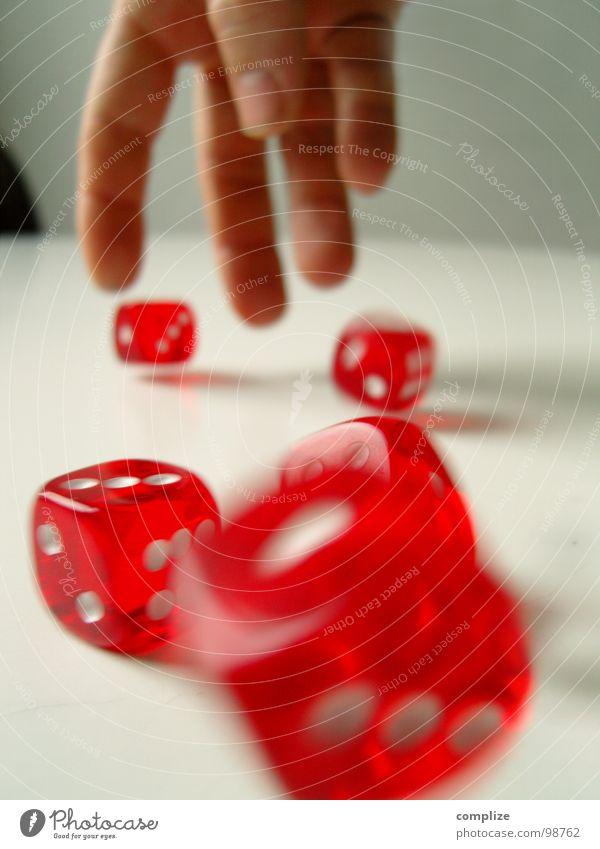 Guter Wurf würfeln rot weiß Glücksspiel Hand Spielen Ausgabe Desaster Wagen Mut Risiko Ziffern & Zahlen Erfolg dice dices rolling werfen money wer nicht wagt