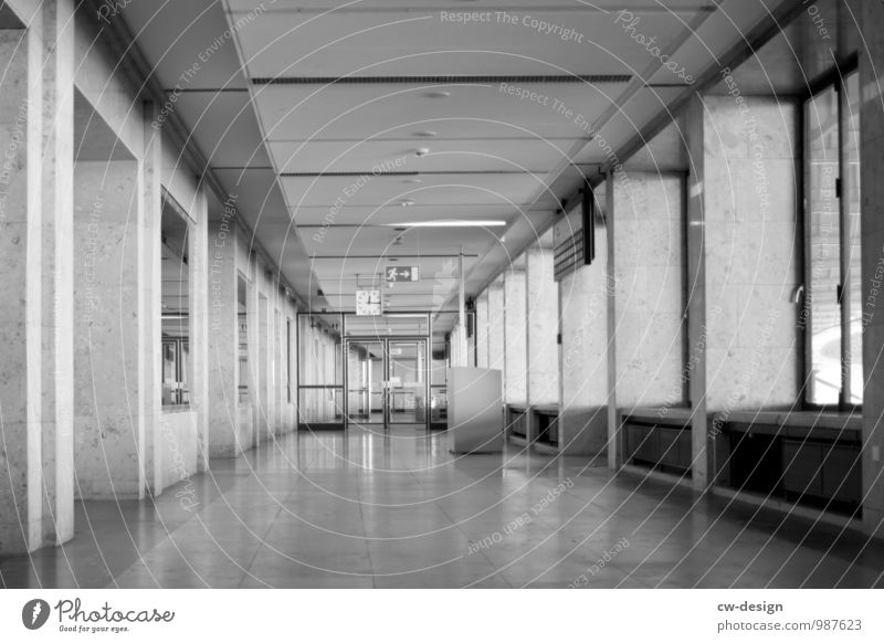 menschenleerer Flur des Flughafengebäudes Tempelhof Flughafen Tempelhof Berlin Gang grau trist Berlin-Tempelhof zentralflughafen tempelhof textfreiraum freiheit