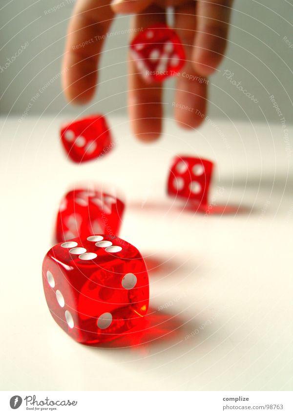 Besserer Wurf weiß Hand rot Spielen Glück Freizeit & Hobby Erfolg gefährlich Ziffern & Zahlen Würfel Risiko Mut Desaster werfen Kapitalwirtschaft Wagen