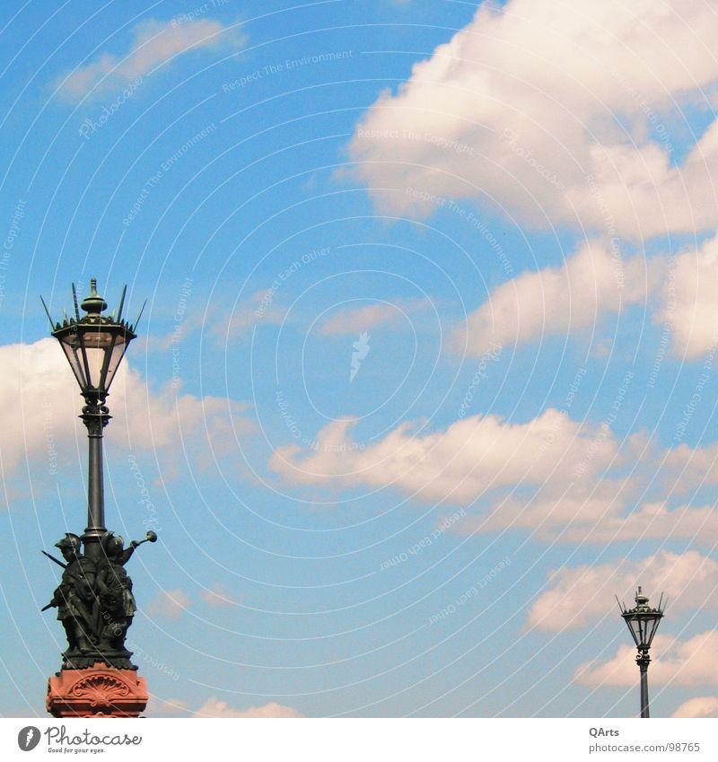 Himmel über Berlin I - Laternen Straßenbeleuchtung Lampe Wolken weiß Brücke Licht blau Moltkebrücke Freiheit Mitte fliegen
