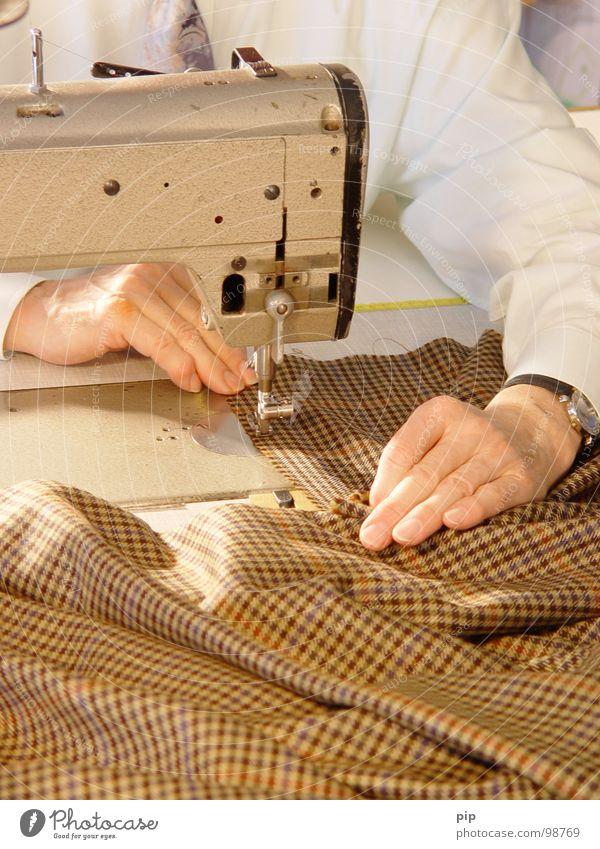 on maß Mann Hand Senior Stil elegant Mode Ordnung Finger Bekleidung Stoff Kleid festhalten Konzentration Jacke Anzug