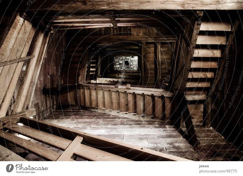 Wo ist Rapunzel? aufsteigen dunkel abwärts Höhenangst Holz Innenaufnahme Kirchturm tief Treppenhaus historisch verfallen Angst Panik Abstieg escher Geländer