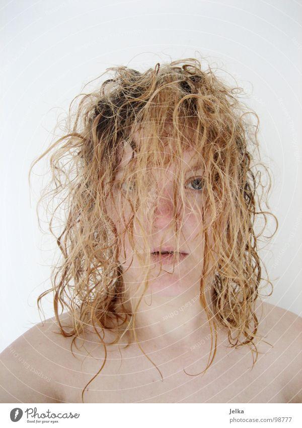 frisch geduscht Stil Haare & Frisuren Gesicht Mensch Frau Erwachsene blond Locken Kamm wild lockig woman face faces hair curls curly crinkles Haarpflege Waschen