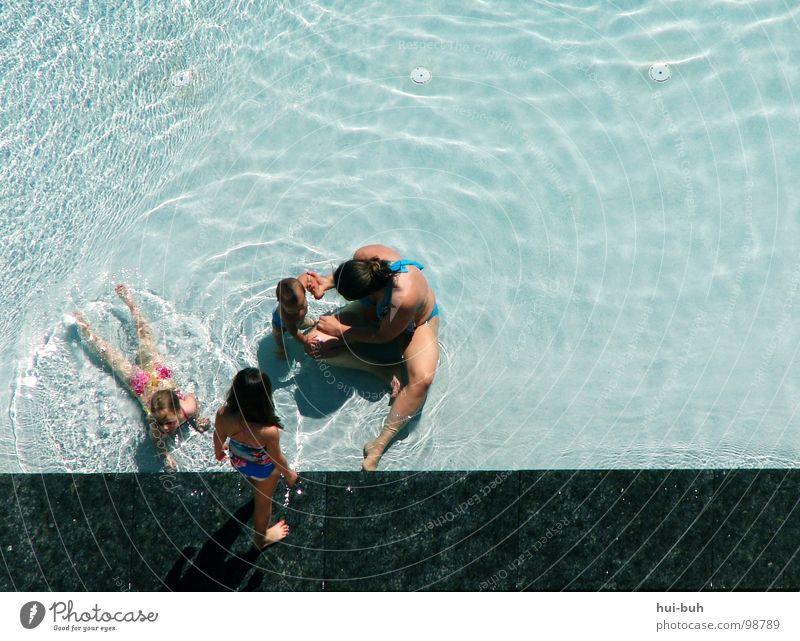 Schwimmsusen Mädchen Spielen Mutter Familie & Verwandtschaft Schwimmbad Freibad Hotel tauchen Chlor Sommer Ferien & Urlaub & Reisen Freude Wasser holiday